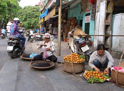 挑著扁擔賣水果的婦女