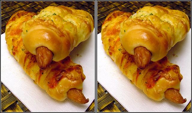 DSCF2225 ウィンナーロール wiener in a roll of bread (crosseye 3D)