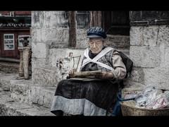 Selling maps (Kaj Bjurman) Tags: china old woman eos maps 5d yunnan hdr lijiang kaj mkii markii cs4 photomatix bjurman