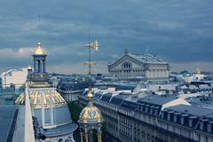 Über den Dächern von Paris, im Hintergrund die Oper