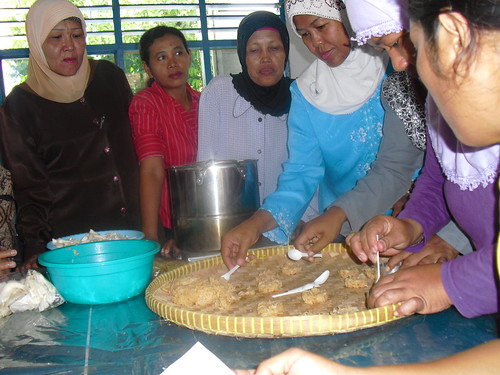 Pelatihan Cara Membuat Rengginang Renyah Aneka Rasa. KURSUSTRISTAR.COM info: 085731051010