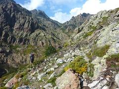 Descente de la Haute Lonca : sur le sentier en traversée au-dessus des barres rocheuses