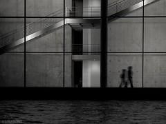 Am Spreebogen (Claudia L aus B) Tags: berlin paul abend wasser nacht haus menschen sw ufer spree schatten paullbehaus regierungsviertel spreebogen lbe wwwberlininbildernde claudialeverentz