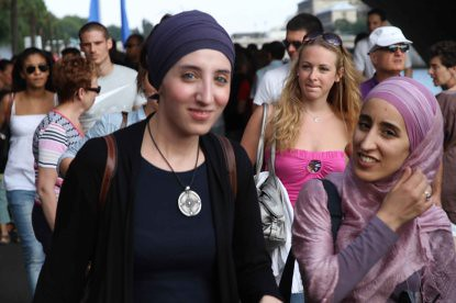 10g24 Jornada veraniega Paris plage y varios070 Joven musulmana y amiga