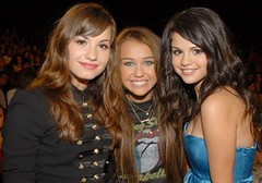 miley_selena_demi-425x297 (stuaert) Tags: spring sonny bestfriends ppp bff selenagomez wizardsofwaverlyplace alexrusso demilovato sonnywithachance princessprotectionprogramme