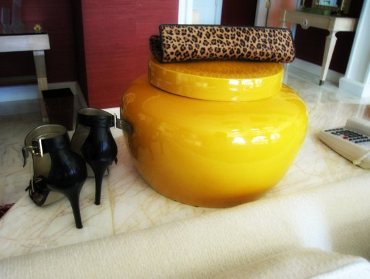 heels+leopard clutch+mustard jar+wynn salon hotel room