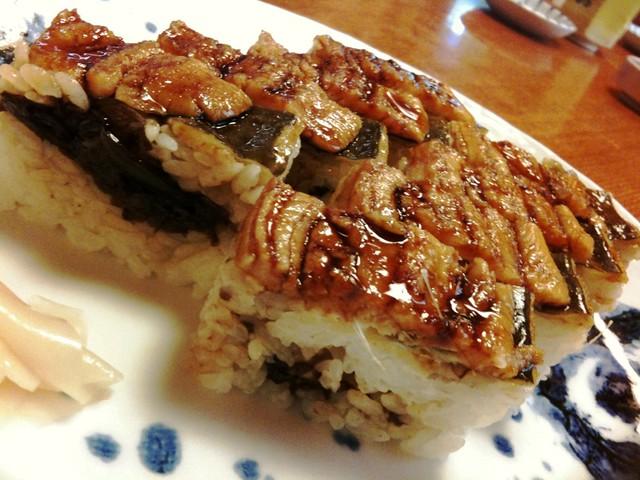 徳島、話寿司の穴子押し寿司は佃煮的なの挟まっていてすご美 味!