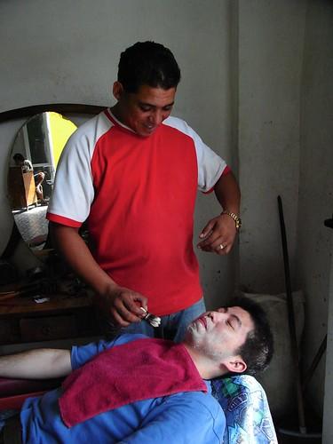 在提尼達刮鬍子