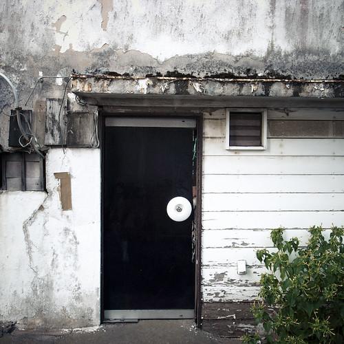 Bulging Wall, Circular Knob