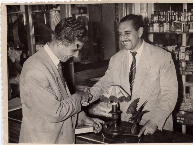 El propietario de la tienda de Marciano hace entrega a Bahamontes de un águila de madera tras vencer en el Tour de 1959
