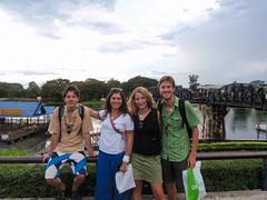 photo de famille au pont de la rivière Kwaï