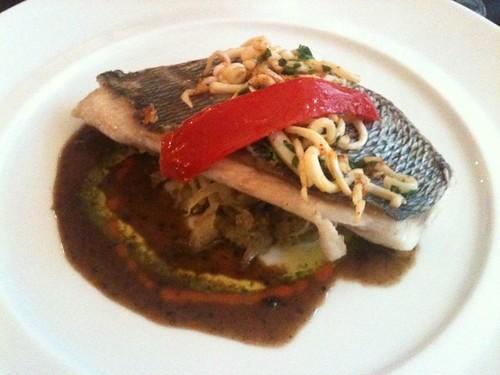 La Régalade Saint-Honoré: Dorade grise à la plancha, persillé de calamar, jus à l'olive  noire et fenouil