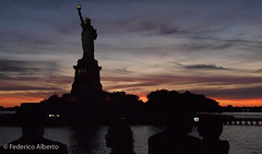 Ciaroscuro (Federico Alberto) Tags: sunset portrait sky usa ny newyork night clouds atardecer noche us shadows dusk retrato silhouettes olympus ciel cielo nubes puestadesol statueofliberty nophotoshop nuages nuit siluetas ambassadors ep1 embajadores coucherdusoleil estatuadelalibertad m43 ambassadeurs statuedelaliberté nohdr microfourthirds microcuatrotercios μ43 14140mm olympusep1 μfourthirds μcuatrotercios mcuatrotercios mfourthirds lumixg14140mm lumixgvario14140mm iaprdinnercruise062010 panasoniclumixgvario14140mmf458asph