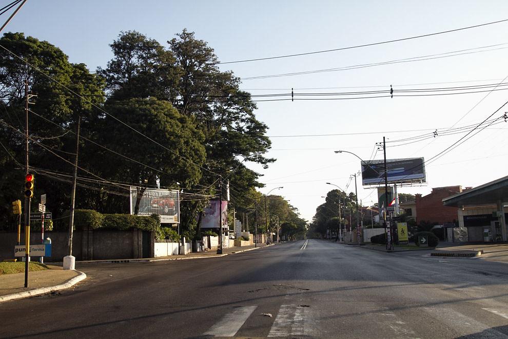 La Avenida Mariscal López se encuentra totalmente vacía mientras todo un país se paraliza viendo a la Albirroja en el encuentro contra España. (Tetsu Espósito, Asunción, Paraguay)