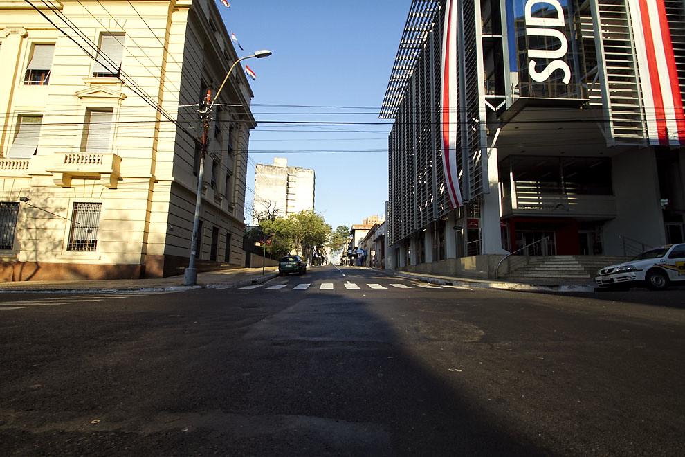 Calles desoladas en pleno centro asunceno mientras se disputaba el encuentro. (Tetsu Espósito, Asunción, Paraguay)