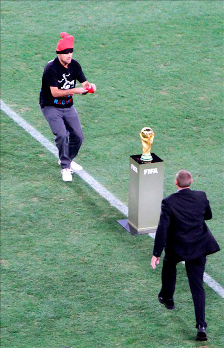 Foto de Jimmy Jump con el Trofeo del Mundial
