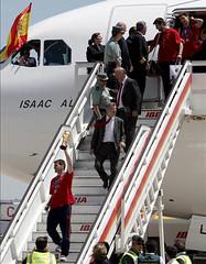 Los jugadores de la selección española  tras aterrizar el avión