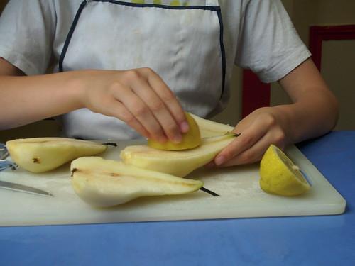 passer du citron sur les poires épluchées