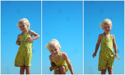 op het strand, klaar om in de kuil te springen