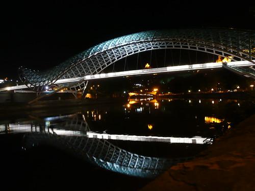 Neue und alte Brücke spiegeln sich im Mtkwari