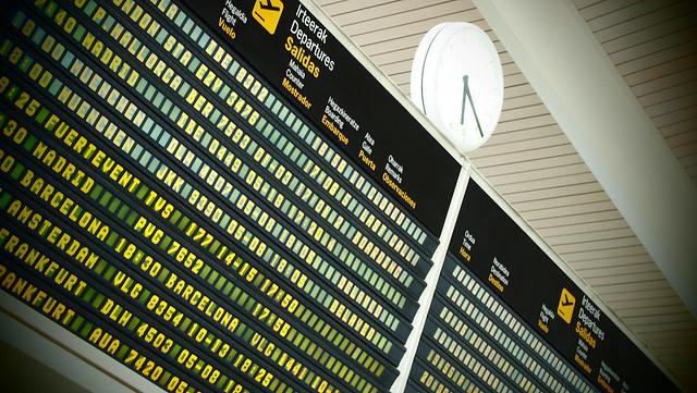 Egazkina itxaroten · Esperando al avion