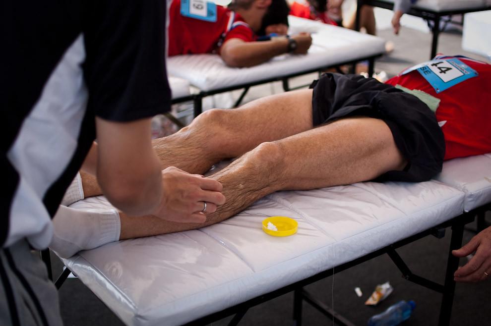 Otro de los tantos atletas que recibieron asistencia física luego de terminar agotados la maratón. (Elton Núñez - Asunción, Paraguay)