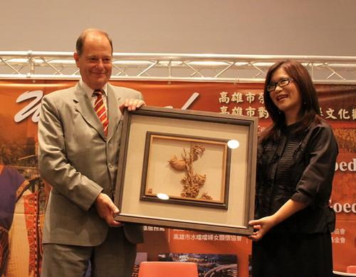 管碧玲委員贈送胡大使一幅在地雕刻家葉經義老師的作品,台灣特有種「冠羽畫眉」,象徵胡大使是最會為台灣唱歌的新台灣人。