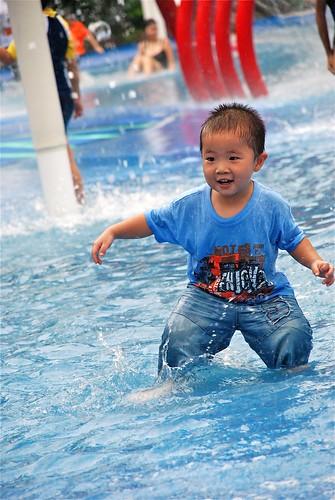 小孩嬉水 - 动物园