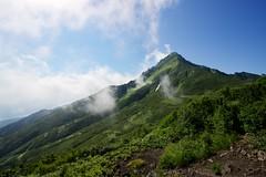 長官山から山頂を見上げる