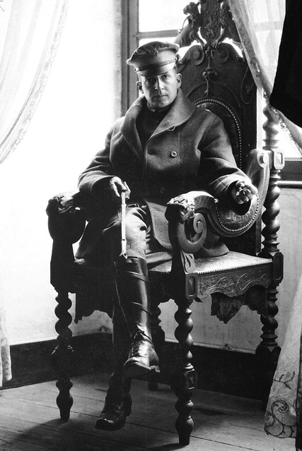 Douglas_MacArthur%2C_Army_photo_portrait_seated%2C_France_1918
