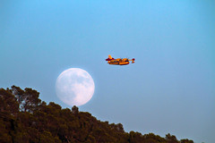 The last flight of the day (ibzsierra) Tags: moon canon fire luna ibiza 7d fuego benirras eivissa incendio baleares cl415 bombardier digitalcameraclub