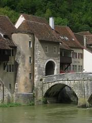 Stadttor Porte Saint-Jean von St. Ursanne mit Brücke und Doubs , Kanton Jura , Schweiz