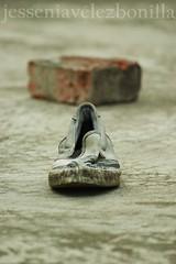 175_ZAPATO OLVIDADO (JESSENIA VLEZ BONILLAPHOTOGRAPHY) Tags: ladrillo casa ecuador manta terraza suelo zapato piso sudamrica manab ecuasdor jesseniavlezbonilla