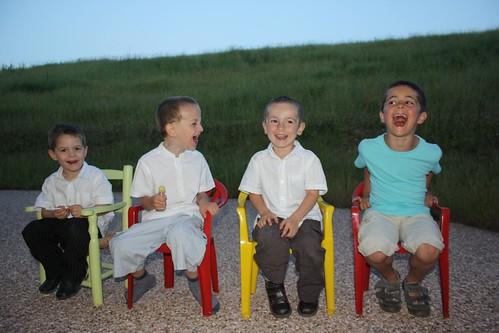 Les enfants et les chaises