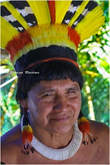 Tsaná Kuikuro (Bettina Boehme) Tags: brazil color beautiful beauty brasil bonito xingu indians beleza indios colar homem cor brincos indigenas tribo detalhe bettina enfeite indigena cocar tocadaraposa kuikuros boehme indiosdobrasil tsaná brasilianindians bettinaboehme indiosdoxingu