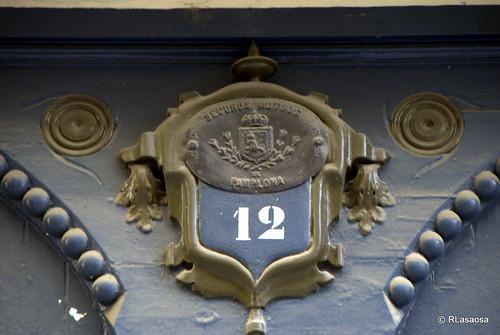 Placa de identificación de número de portal en la calle Mercaderes