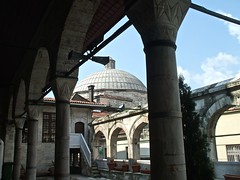 Rstem Pasha camii e striscione sorprendente - Istanbul (byus71) Tags: building art arte blu istanbul mosque architettura moschea camii iznik majolica architetcture maioliche rstempasha