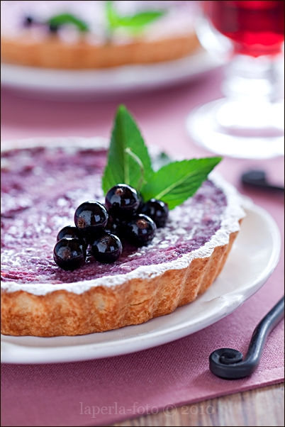 Tart with red wine and black currant