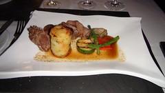 Carrillera de ternera lechal con Torre de patata mediterránea, espárragos verdes y salsa de Barolo