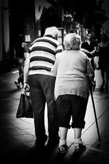 amor ..... (Giusy Iescone (cantoliberox)) Tags: napoli amore anziani bastone borsetta canoneos450d
