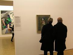 Contemplant obres de Picasso al Pompidou (conxa.roda) Tags: paris museums centrepompidou museus visiteurs muses