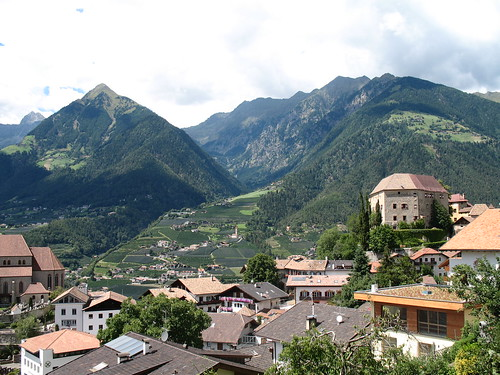Blick auf Schloss Schenna mit Dorf Tirol und der Mutspitze im Hintergrund