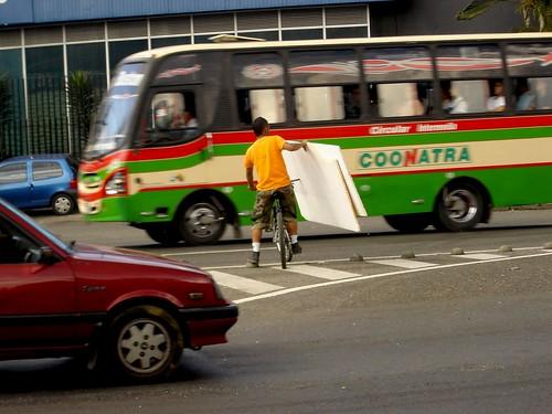 TRANSPORTA LÁMINAS DE ICOPOR EN BICICLETA