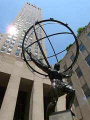 Atlas devant l'International Building (benontherun.com) Tags: nyc sculpture newyork building statue skyscraper tour manhattan rockefellercenter atlas rockefeller gebuilding gratteciel internationalbuilding