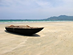 Beach in Doclet (pacoalfonso) Tags: trip travel viaje sea beach boat sand asia barco playa vietnam viajar doclet pacoalfonso pacoalfonsocom