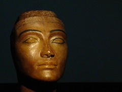 Nefertiti 2 (-Merce-) Tags: madrid espaa spain treasure tomb exhibition replica tumba semmel tesoro tut tutankhamen exposicion tutankhamun tutankhamon tutankamon artstation mmbmrs