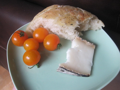 goat tome cheese, tomatoes, bread