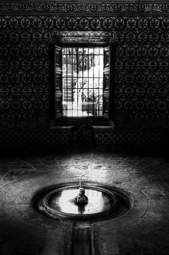 Window and fountain. Seville. Ventana y fuente. Sevilla.