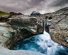 Stream from Tuolpagorni (Rob Orthen) Tags: sky landscape waterfall nikon stream europe sweden hiking rob sverige scandinavia maisema vesi verticalpanorama kebnekaise d300 vaellus ruotsi kungsleden tunturi nd09 orthen leefilters colorphotoaward tuolpagorni kittelbcken vertorama gnd09 roborthenphotography tokina1116mm28 duolpagorni