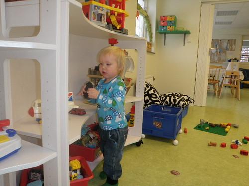 inspekterar leksaker